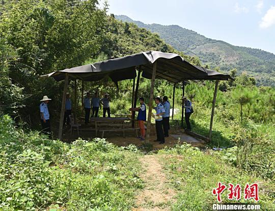"""广西贺州警方捣毁""""创意""""野外赌场 木板为桌玉米成赌具"""
