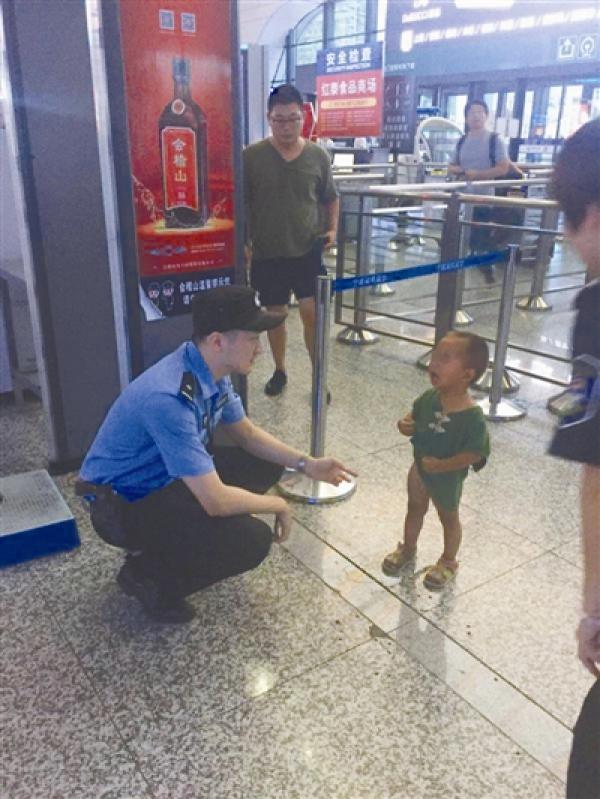 粗心母亲火车站候车室半天内两次弄丢儿子,所幸都由警方找回