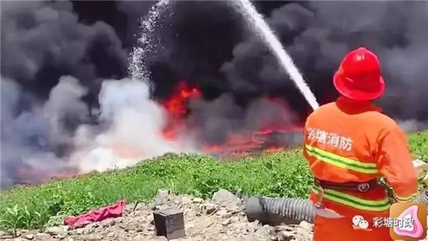 广东潮州两企业将废油排入溪流引火灾 被停产整顿