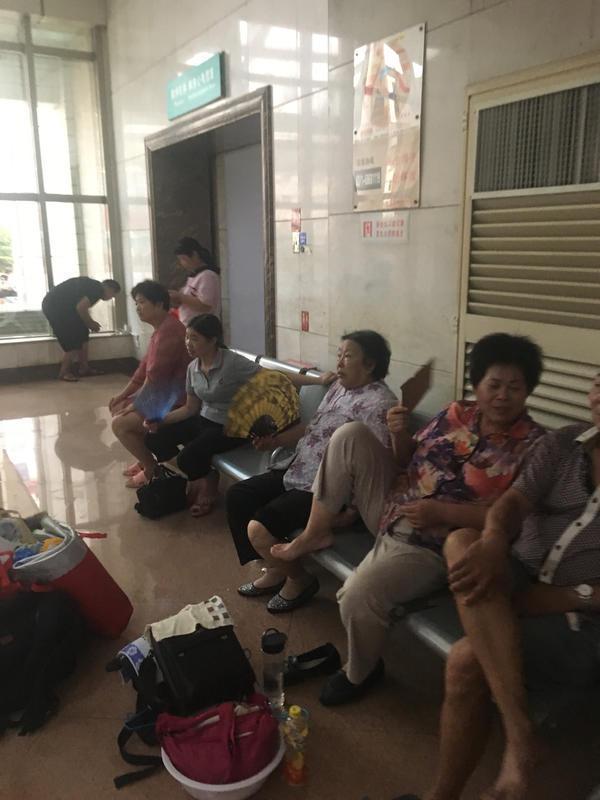 河南一医院连续2天停电 病人和家属热得受不了