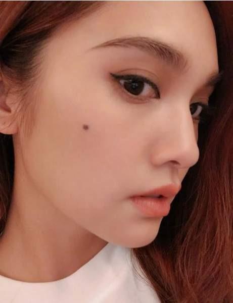 杨丞琳晒精致自拍照 招牌脸颊边痣个性迷人