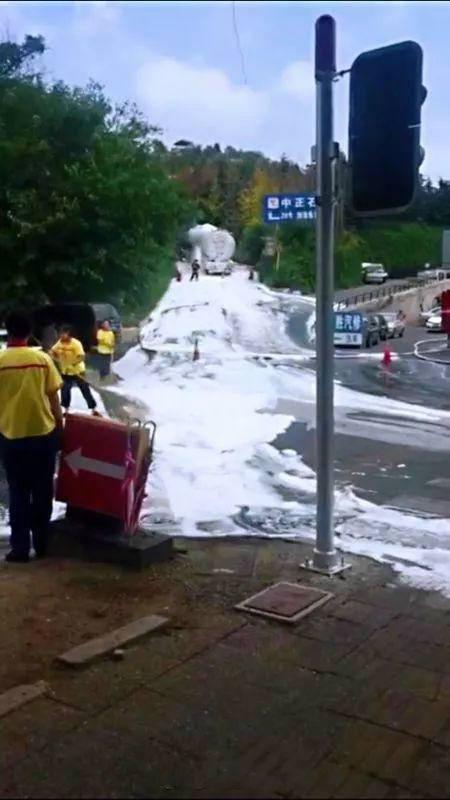 大连一油罐车漏油 消防喷洒泡沫倒罐作业封闭路段