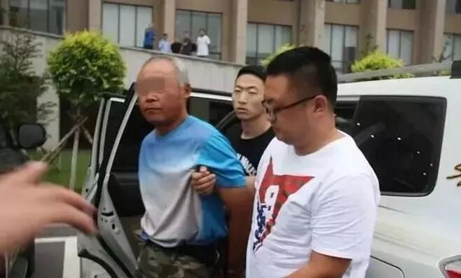 两兄弟枪杀税务局长父子 逃亡25年被抓:不想再跑了