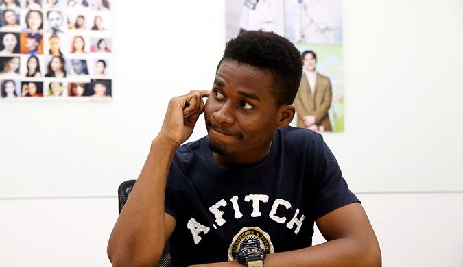 视频网站招吻戏鉴定师 黑人小伙参加面试辨别明星脸