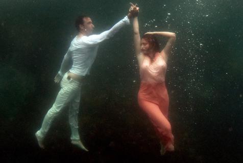 澳夫妇拍摄深海结婚照 水中起舞唯美如画