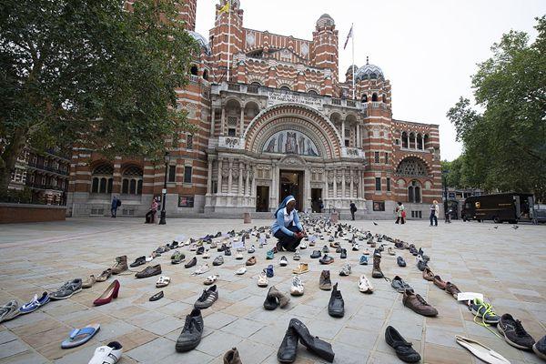 英国慈善机构教堂前摆数百双鞋 呼吁世界各国关注难民问题