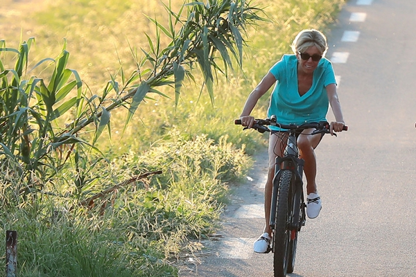 法国第一夫人布丽吉特度假 骑自行车健身活力十足