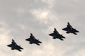 美军4架F22抵达波兰参加阅兵 炫耀武力