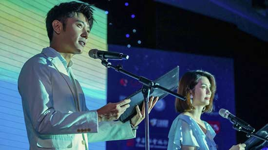 张丹峰洪欣夫妇登台幸福列车留守儿童心灵夜读会
