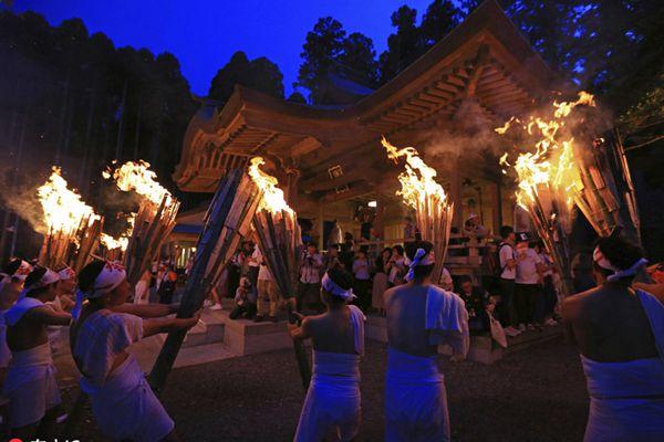 日本福岛核灾后首次举办火把节 烈火赤焰照亮黑夜