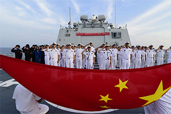 海军第三十批护航编队驶离南海前举行签名仪式