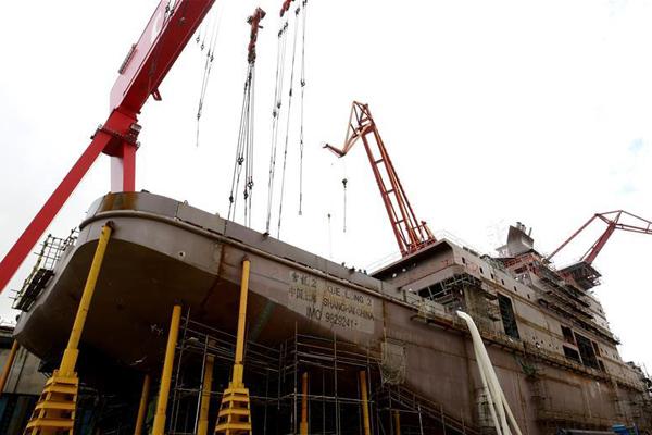"""我国第一艘自主建造的极地科考破冰船""""雪龙2""""号雄姿初现"""