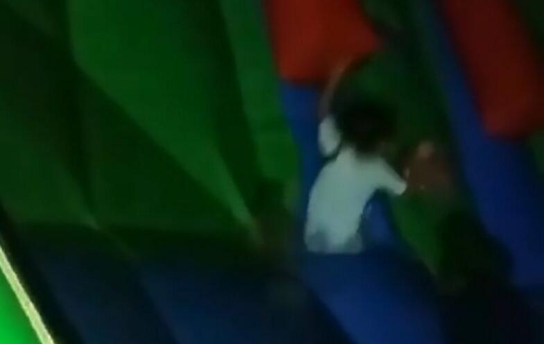 俄女孩掉进游乐场充气城堡深洞惊险生还