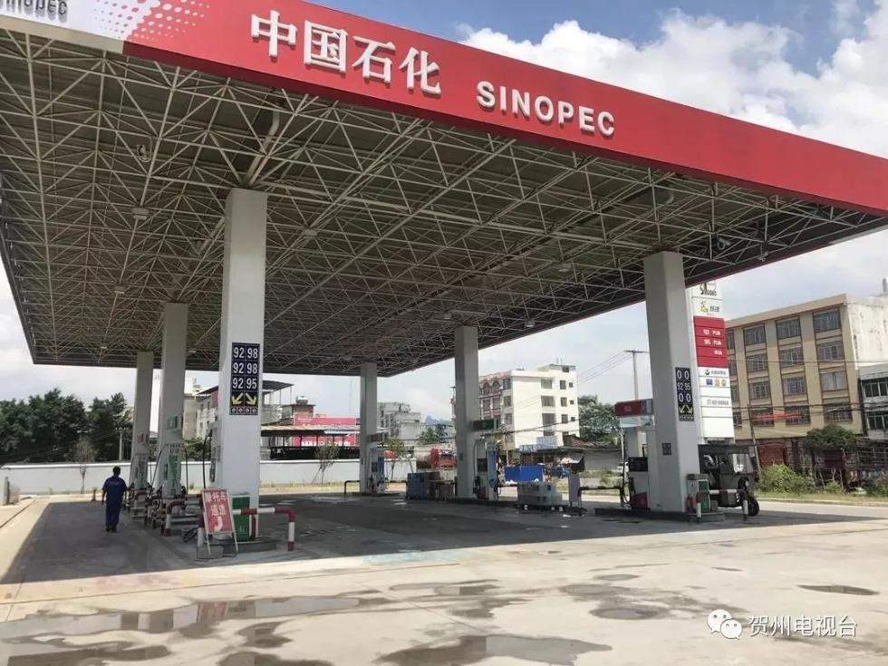 广西贺州一加油站内车辆自燃,加油员30秒神速灭火
