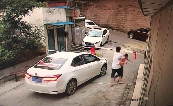 重庆男子租车去借钱撞坏两辆车,逃逸时又殴打阻拦保安
