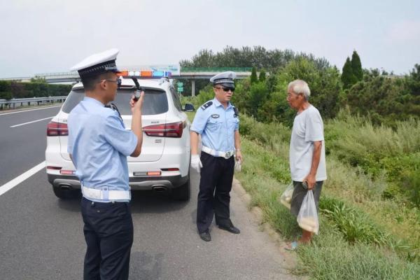 """男子""""指挥""""岳父拎玉米横穿高速公路,民警气怼""""不懂事"""""""