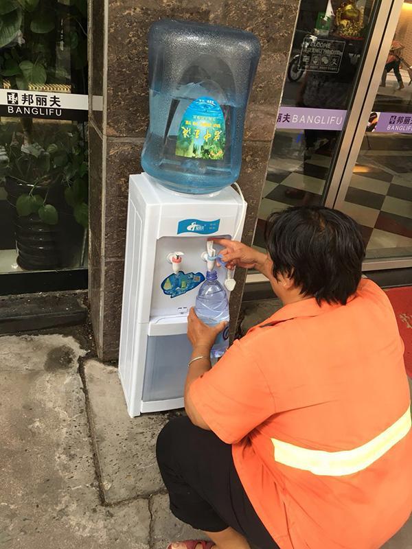 广东一理发店免费为环卫工供水,店主:天天见就像邻居