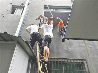 男孩从4楼坠到2楼钢筋刺进小腿:窗前看猫不慎坠落