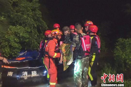 """海南多地因""""贝碧嘉""""水涨民众被困 消防出动救援"""