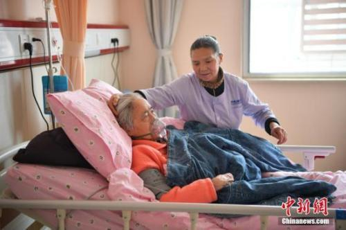 """""""漂""""在病房的护工:全年无休是常态 最怕雇主刁难"""