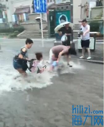 湍急水流冲倒仨行人