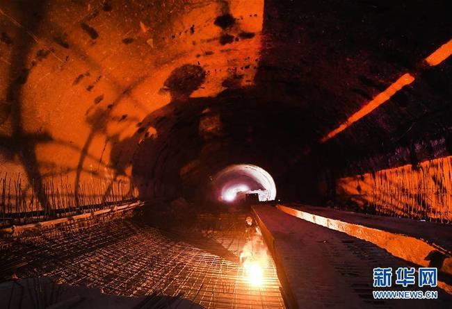 隧道深处战高温(组图)