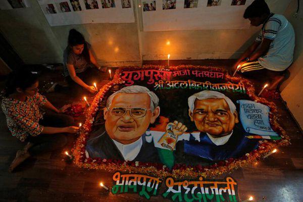 印度前总理瓦杰帕伊去世 多地民众发起悼念活动