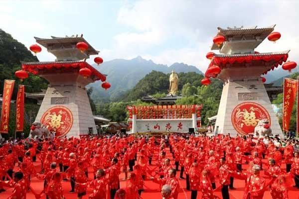 弥补遗憾 河南栾川101对老人举行中式金婚庆典