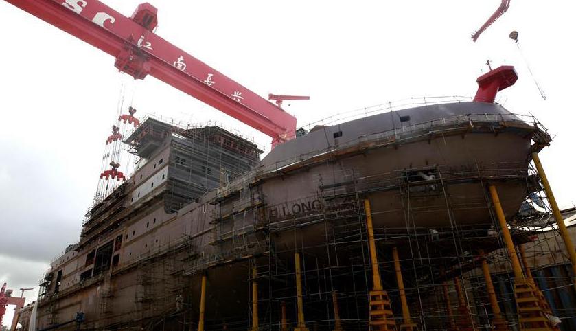 我国第一艘自主建造的极地科考破冰船雪龙2号