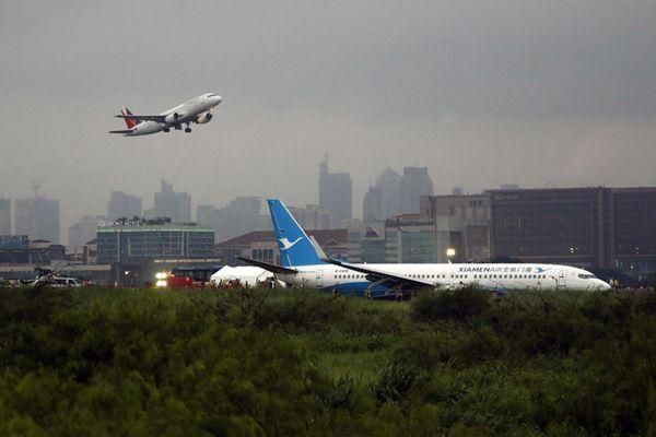中国厦航一客机在菲律宾马尼拉机场降落时偏出跑道
