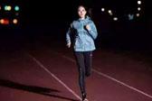夜跑最好晚饭后2小时进行 跑前不吃或低血糖