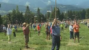 斯洛文尼亚总统带领569人割草创吉尼斯世界纪录