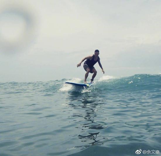 """余文乐迷上冲浪买滑板 遭周杰伦调侃""""像小偷"""""""