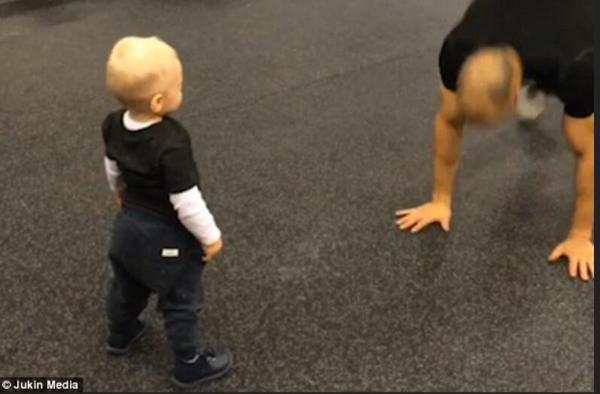 高萌!瑞典一学步幼儿认真模仿父亲健身动作
