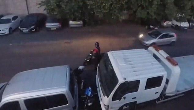 英司机夜间路遇两盗贼 倒车冲撞将其吓跑
