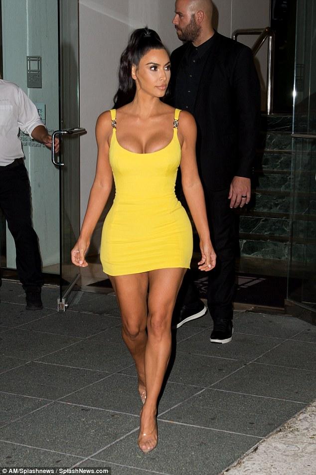 金•卡戴珊参加晚宴 着黄色紧身裙勾勒性感曲线