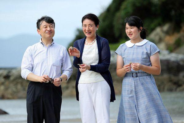 日本皇太子德仁携家人度假 爱子公主脸庞饱满圆润