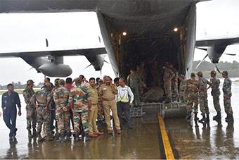 印度空军派出C130J为水灾灾区输送救援物资