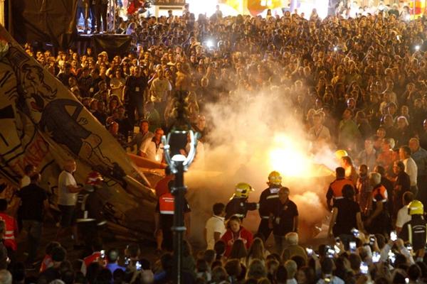 全世界最大热气球充气时撞到街灯 消防员已赴现场灭火