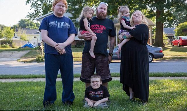 美国夫妻中等身高但4个孩子中3个患侏儒症