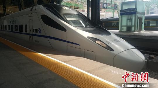 """中国最北高寒高铁""""三周岁"""":克服80度温差运送旅客"""