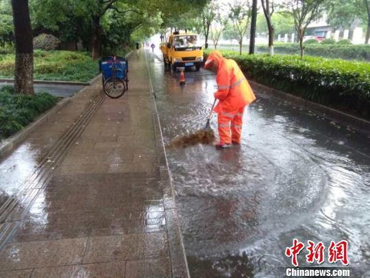 台风致杭州机场88架次航班取消 160余班高铁停运