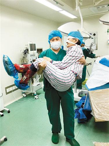 """援藏医生刘明""""公主抱""""送患者进手术室"""