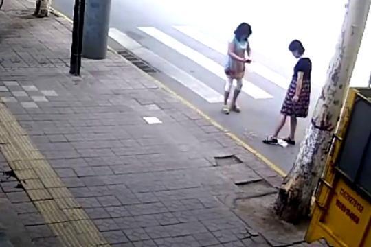 西安两女子街头倒烟头并拍照 官方:城管局督导暗查