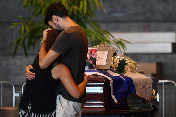意大利塌桥事故遇难者葬礼举行 亲属相拥而泣送别