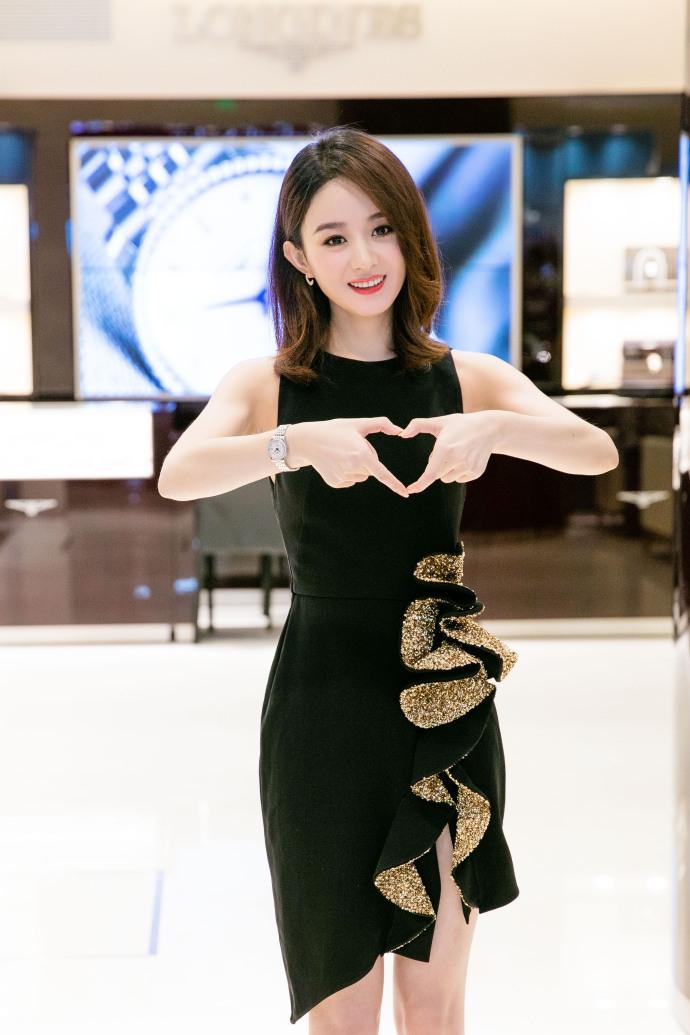 赵丽颖出席活动散发优雅魅力 对镜比心甜笑可爱十足