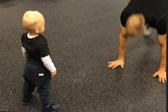 高萌!瑞典学步幼儿认真模仿父亲健身动作