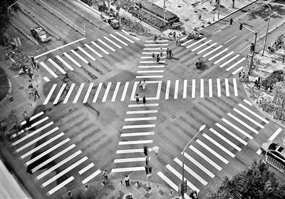 北京首个全向十字路口亮相:行人可斜穿过马路