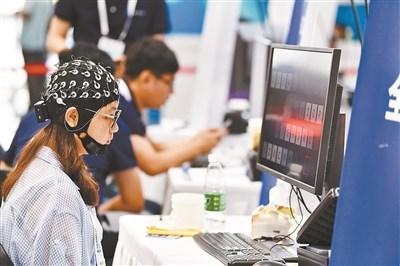 脑控打字亮相世界机器人大赛 北京高一女生夺冠