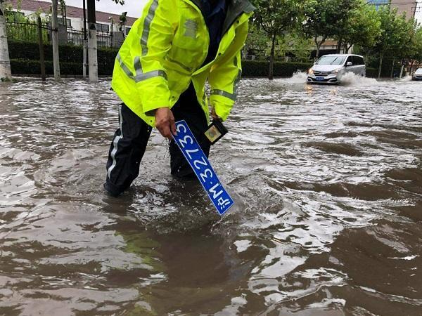 台风惹的祸!真北路道路积水没过小腿 不少车辆号牌被冲走